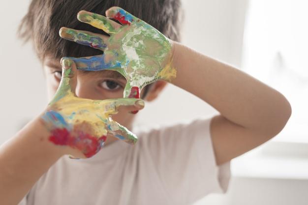"""Los niños y las niñas de Sala de 4 años del Turno Tarde junto a la Seño Georgi, comenzaron a trabajar el Proyecto """"Pinta, pinta niño artista""""."""