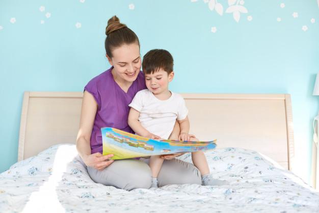 La lectura de cuentos a los niños pequeños tiene muchos beneficios desde estimular su aprendizaje hasta promover la crianza con apego.